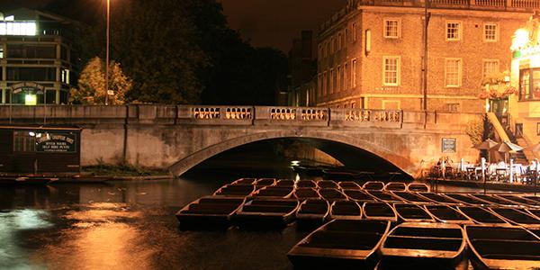Barcas durante la noche