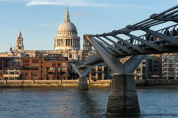 Millenium Bridge y Catedral de St. Paul de fondo